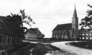 1934 met daarop de kerk die in 1932 is gebouwd, in de oorlog beschadigd is en na de oorlog is afgebroken.